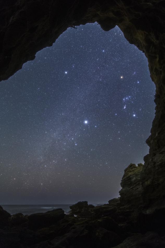 洞窟の向こう側の星空