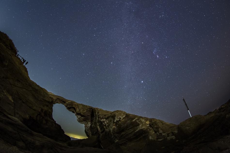 馬の背洞門と冬の星座