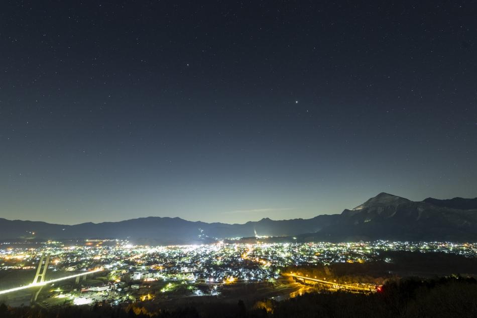 秩父市の夜景と春の星座