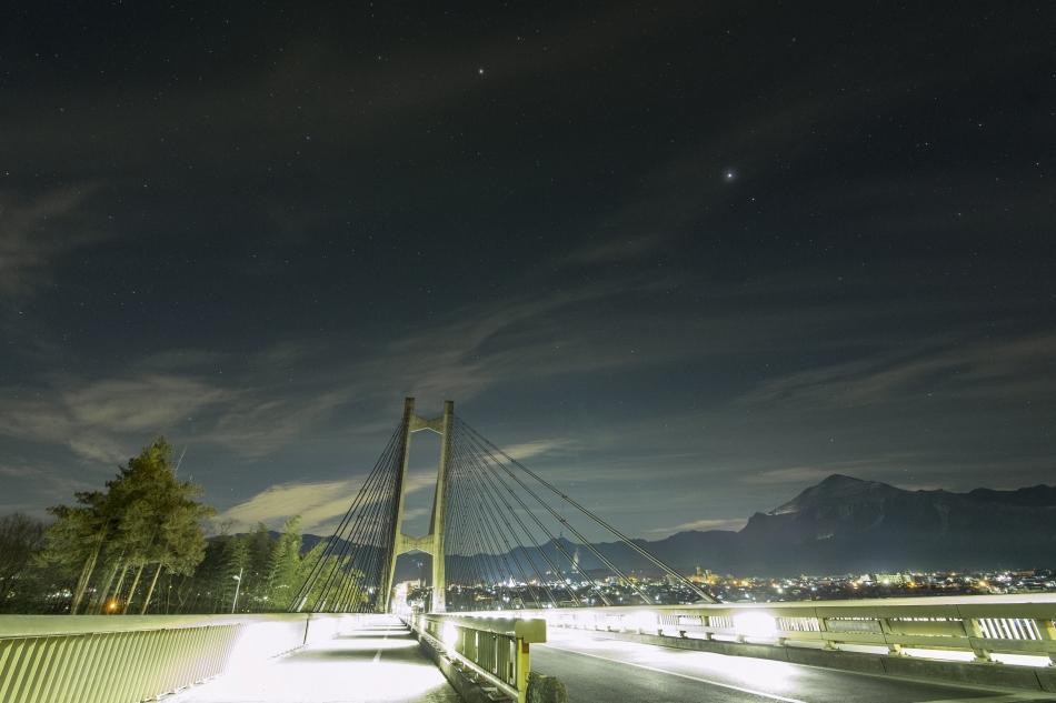 秩父ハープ橋と春の星々