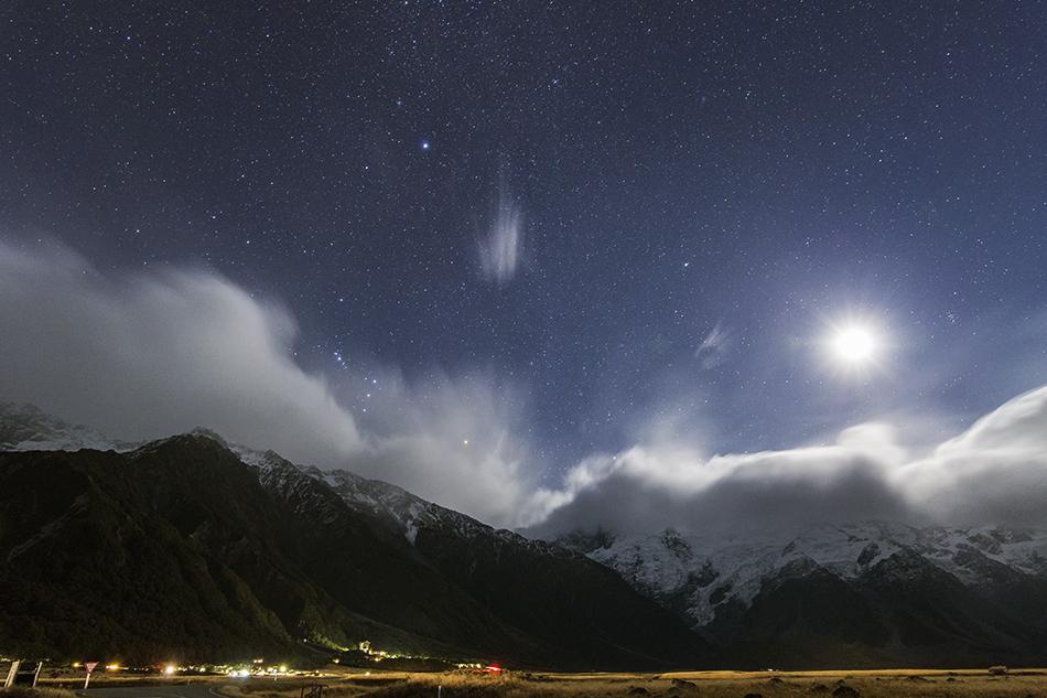 アオラキマウント・クック国立公園沈むオリオン座と月