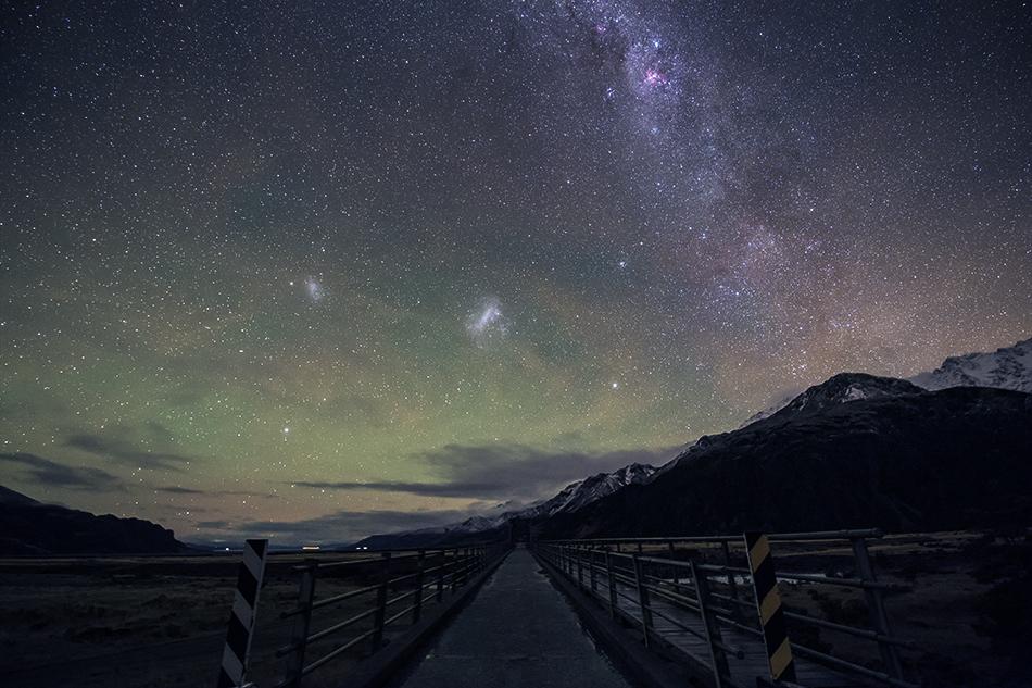 ニュージーランドの橋と大小マゼラン雲からエータカリーナ星雲