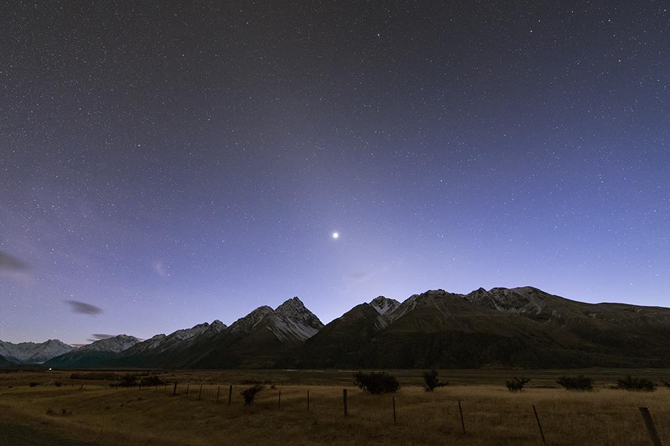 ニュージーランドの雪山と昇る金星