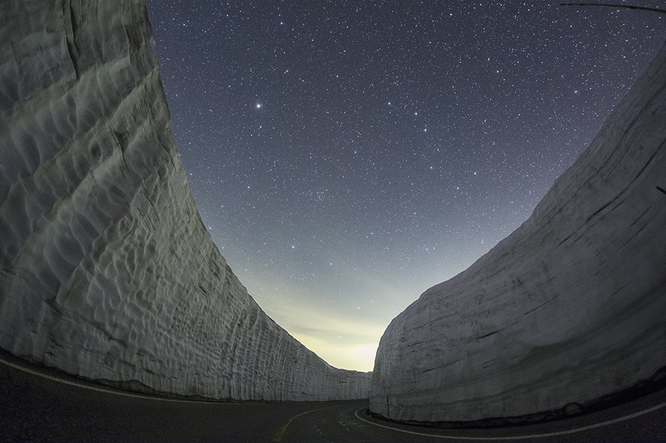 雪の壁と北斗七星