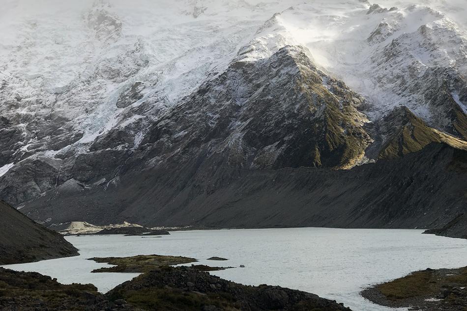 氷河湖と雪山