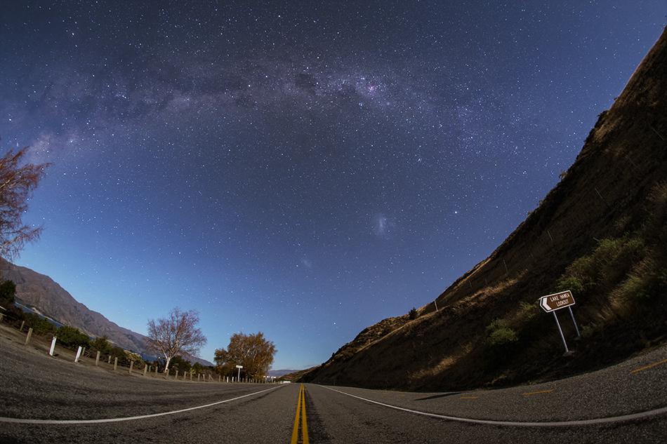 ニュージーランドの国道と銀河のアーチ