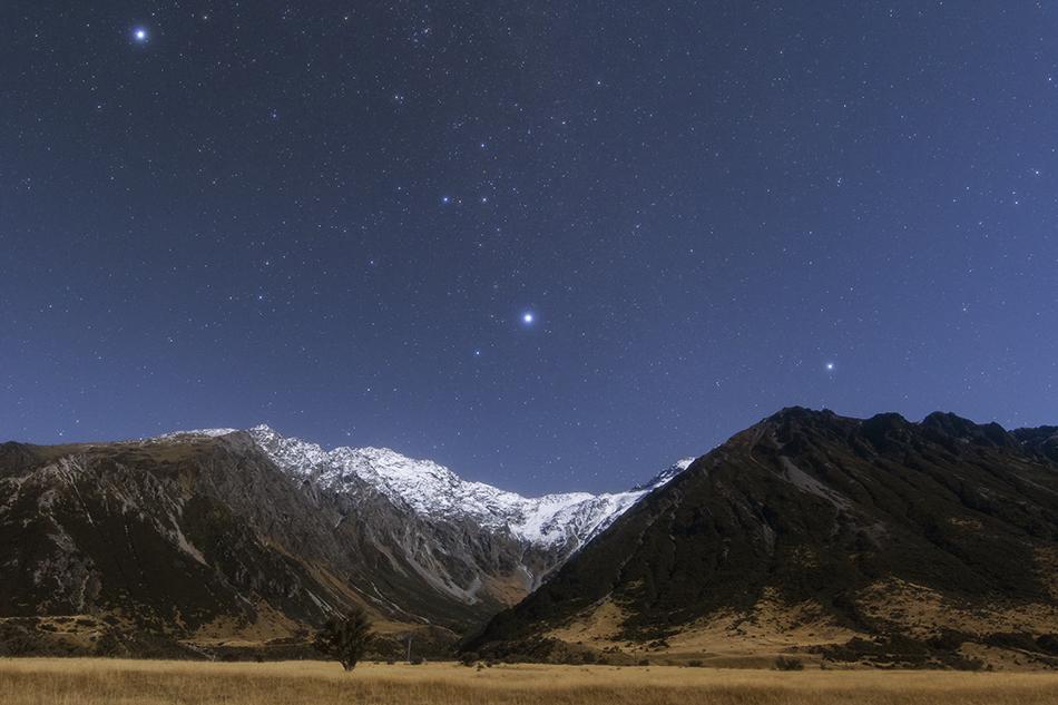 ニュージーランドの雪山に沈むおおいぬ座とカノープス