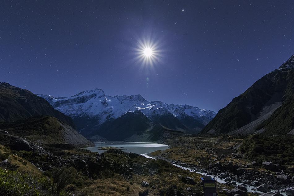マウントクックの氷河湖と月
