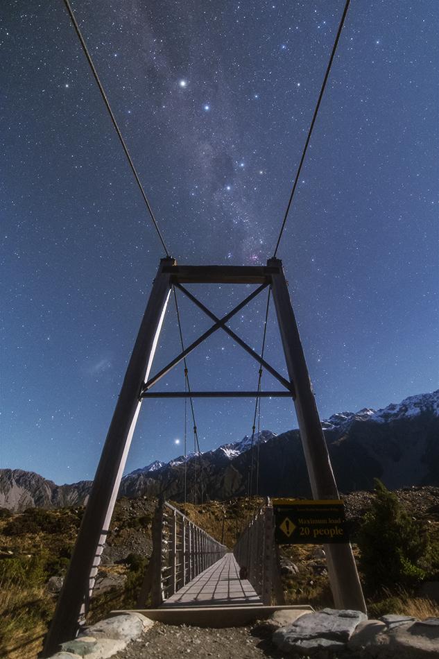 マウントクックのつり橋と南十字星を流れる天の川