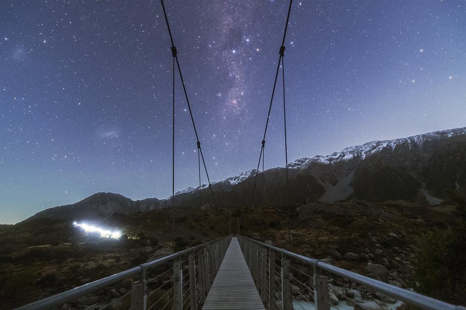マウントクックのつり橋と銀河