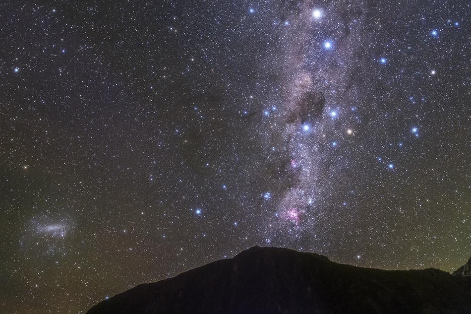 山に沈むエータカリーナ星雲と南十字星,大マゼラン雲
