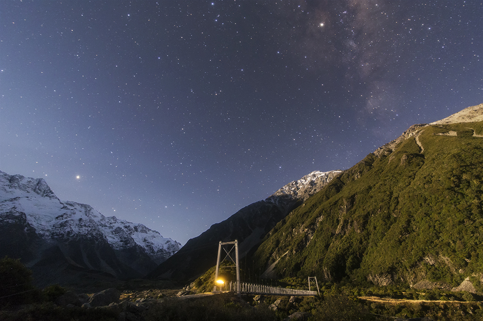 ニュージーランドの月明かりに照らされたつり橋と銀河