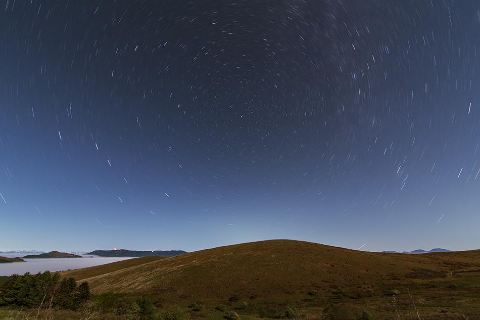 テイラミスのような丘と巡る北天の星たち