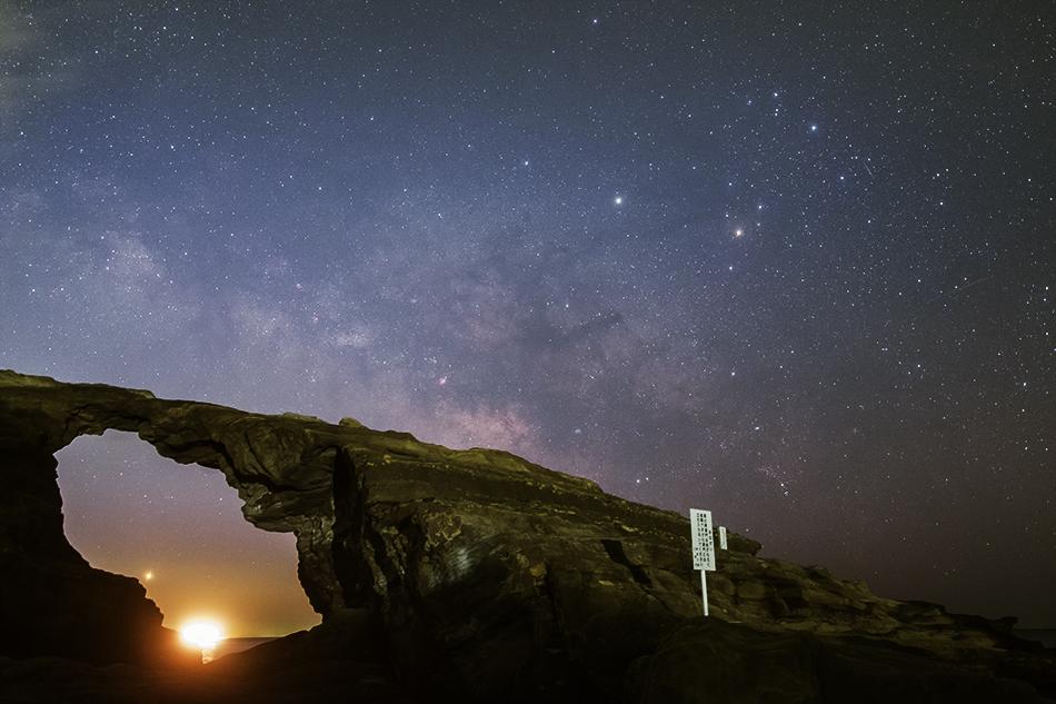 馬の背洞門夜明けの銀河
