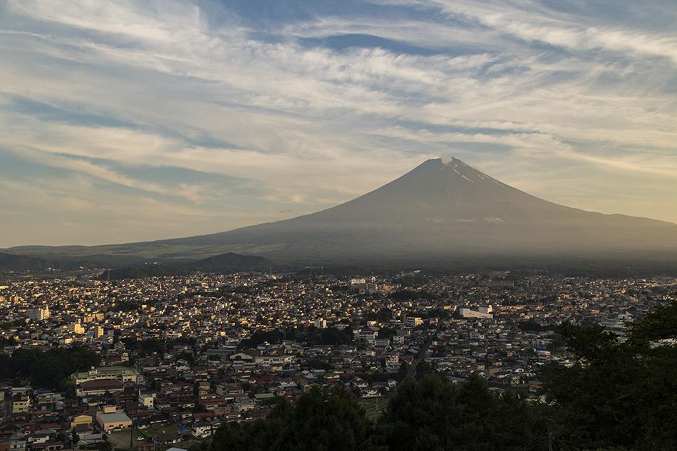 夕暮れの富士山と街並み