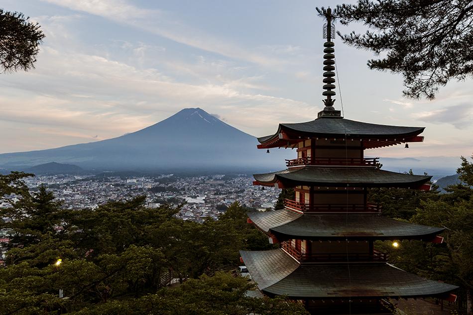 夕暮れの富士山と忠霊塔