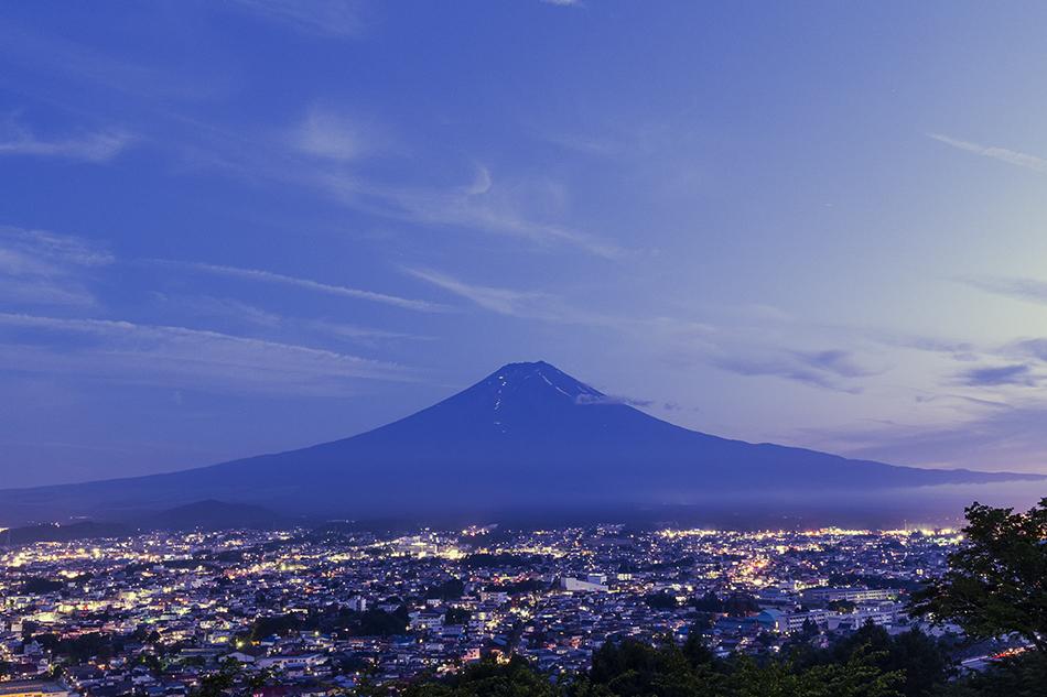 日没後の富士山と瞬きだした街の灯り