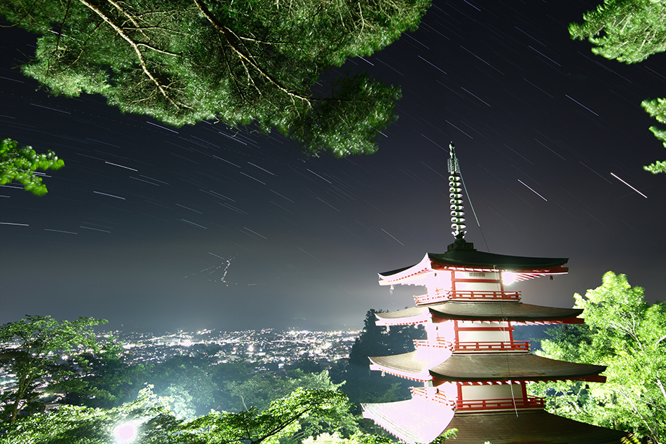 富士山と忠霊塔と星の軌跡