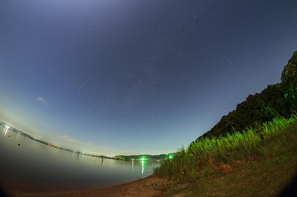 涸沼と月と流星