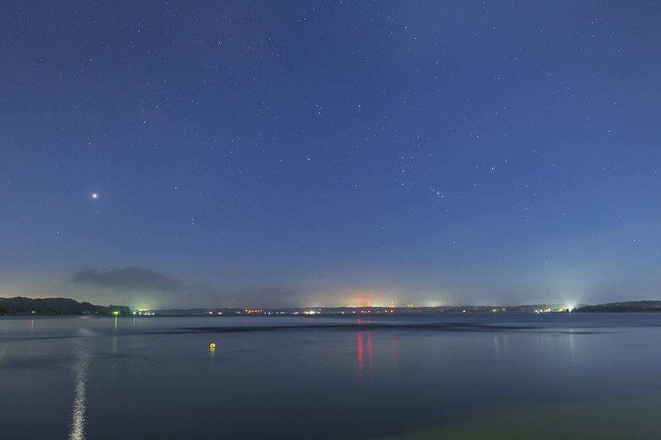 夜明けに昇る金星とオリオン座