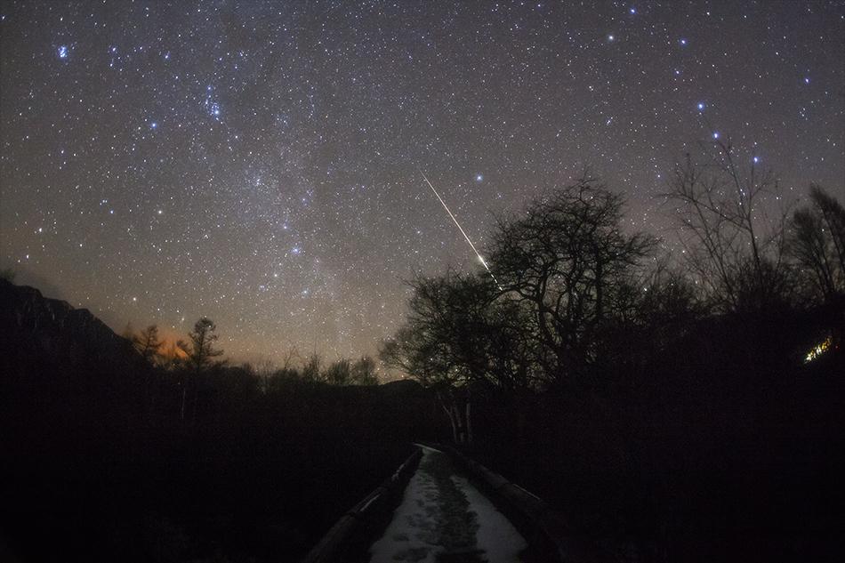 日光戦場ヶ原に流れるふたご座流星群