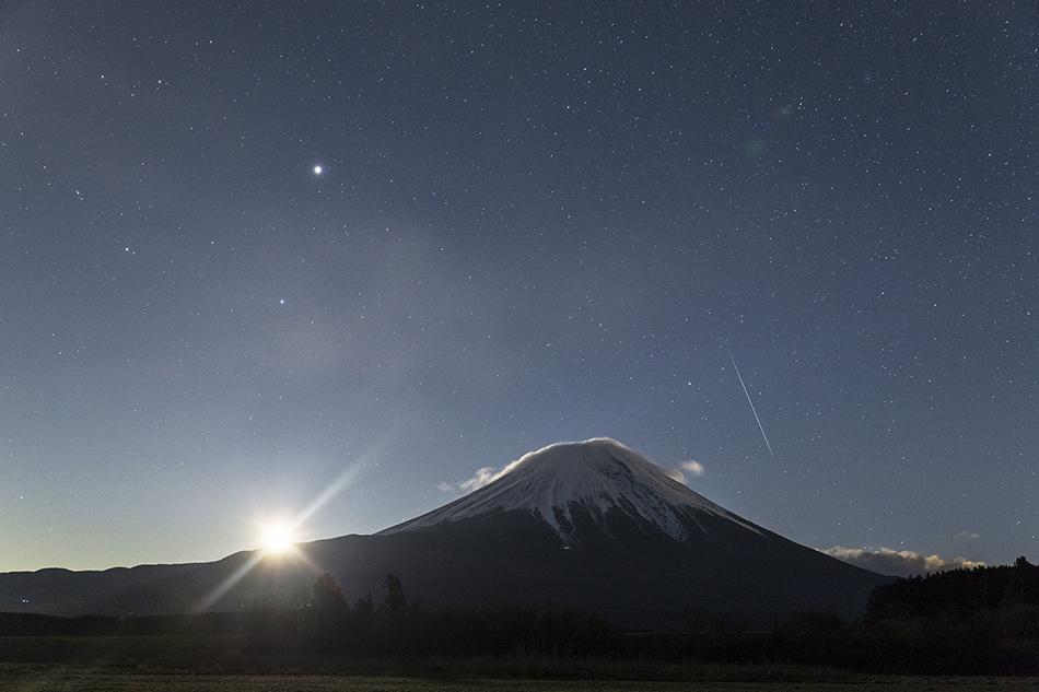 富士山と昇る月とふたご座流星群