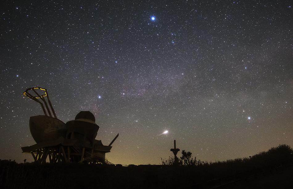 輝北天球館と夏の大三角・静止流星