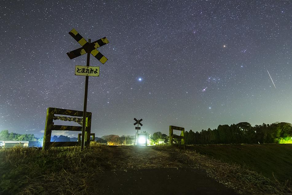 いすみ鉄道第二五之町踏切とオリオン座、流星
