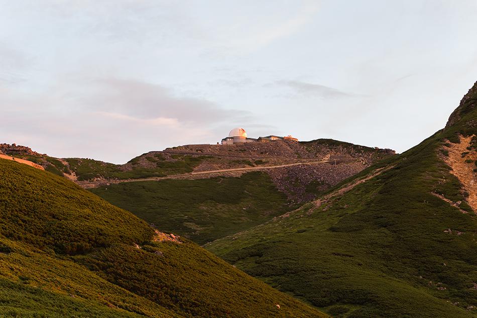 夕日を浴びた乗鞍コロナ観測所