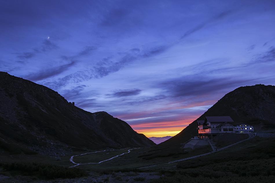 乗鞍岳畳平夕暮れのお花畑と月