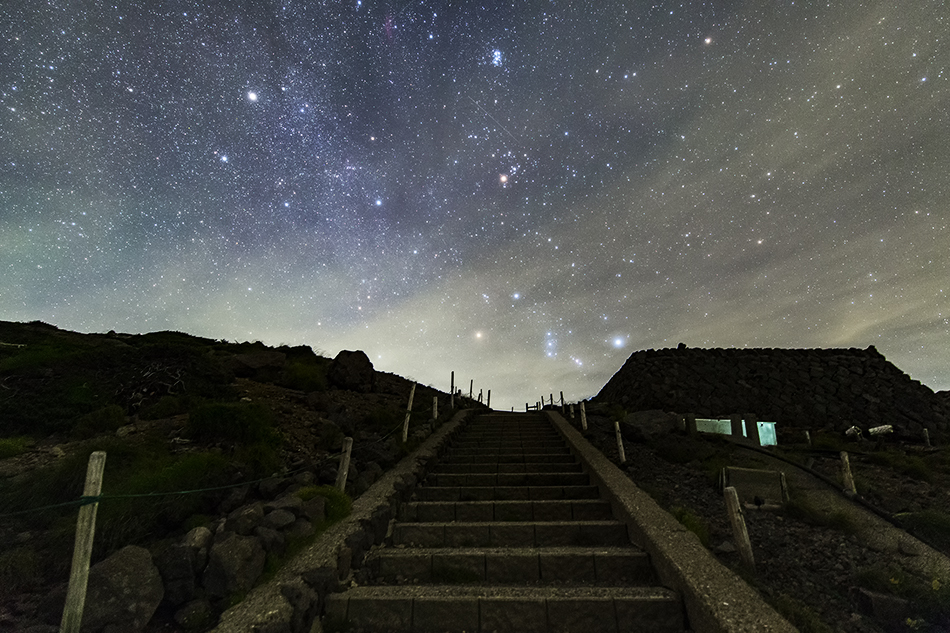 登山道と昇る冬の星座