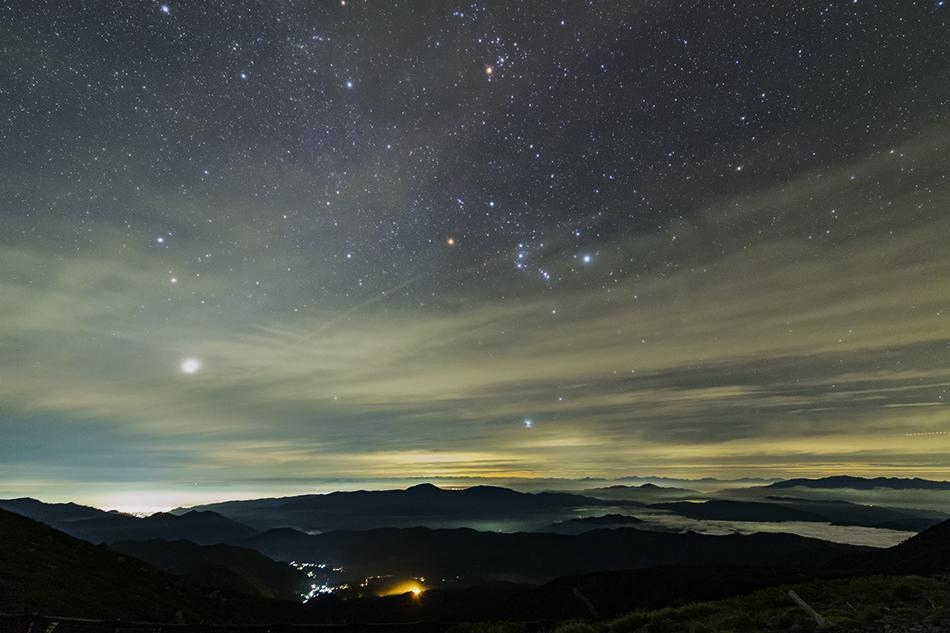乗鞍畳平から見た昇る冬の星座と雲海