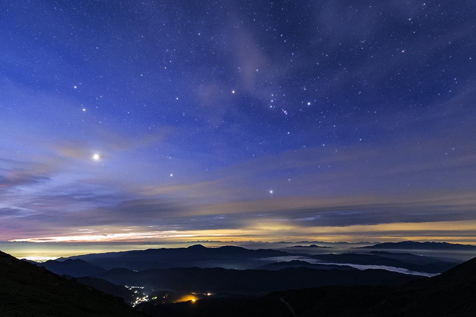 乗鞍畳平から見た夜明けの昇る冬の星座と雲海