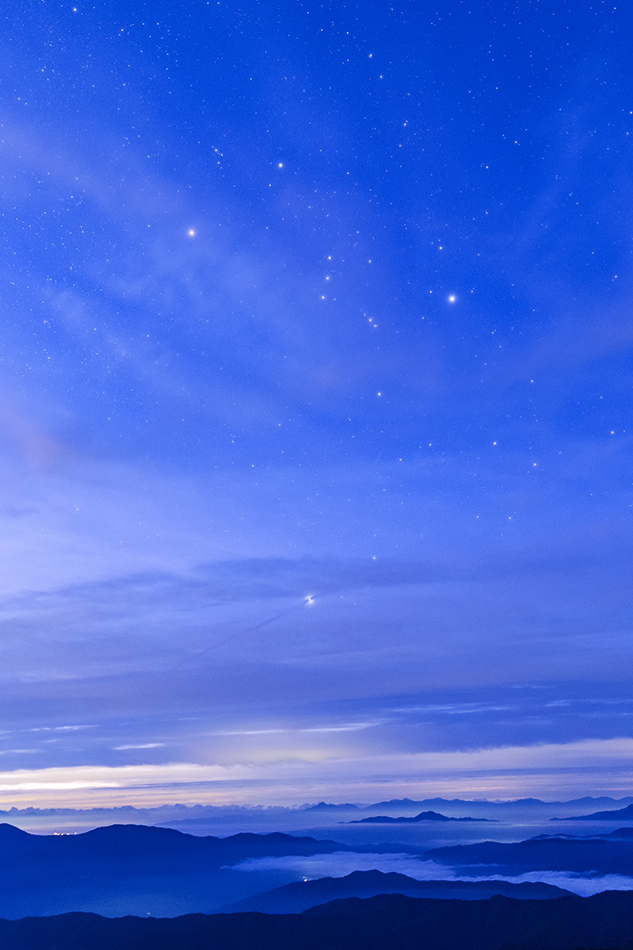 夜明けの雲海と昇るオリオン座