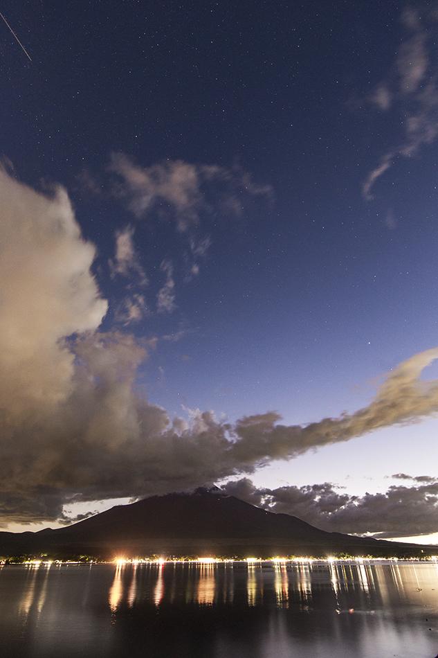 富士山と薄明の星空