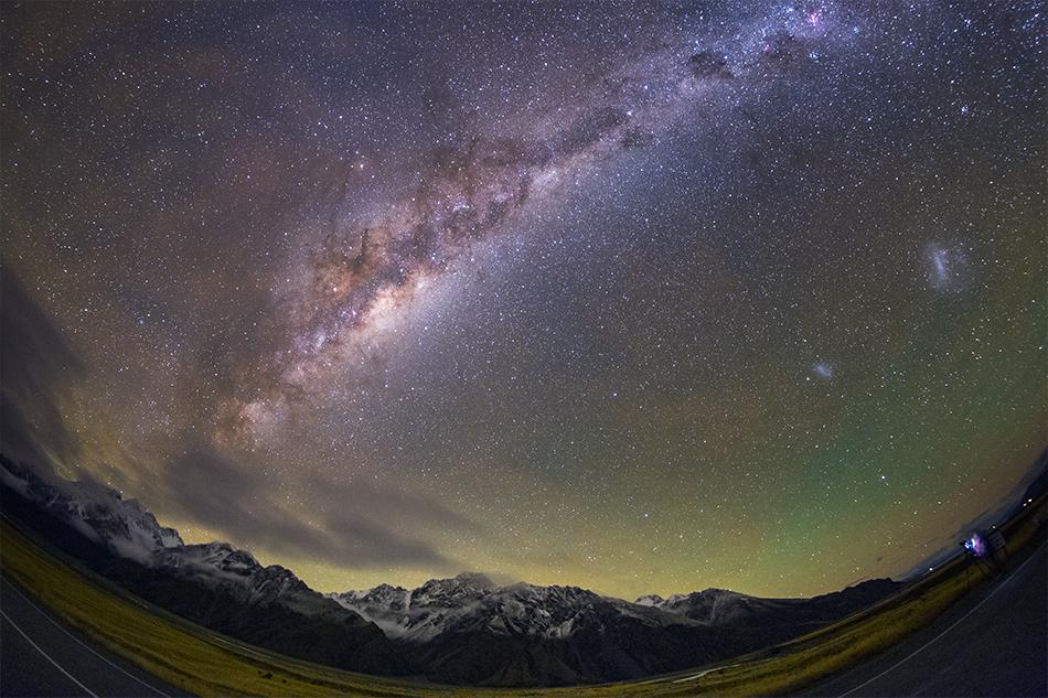 アオラキ、マウントクック地区の雪山と銀河