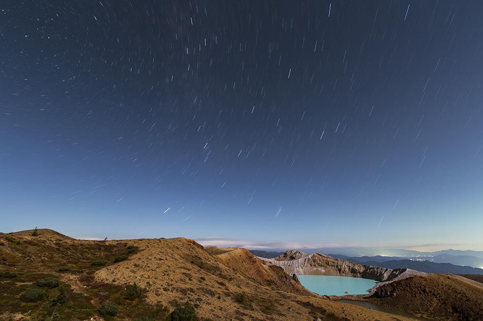 草津白根山湯釜と秋の星々