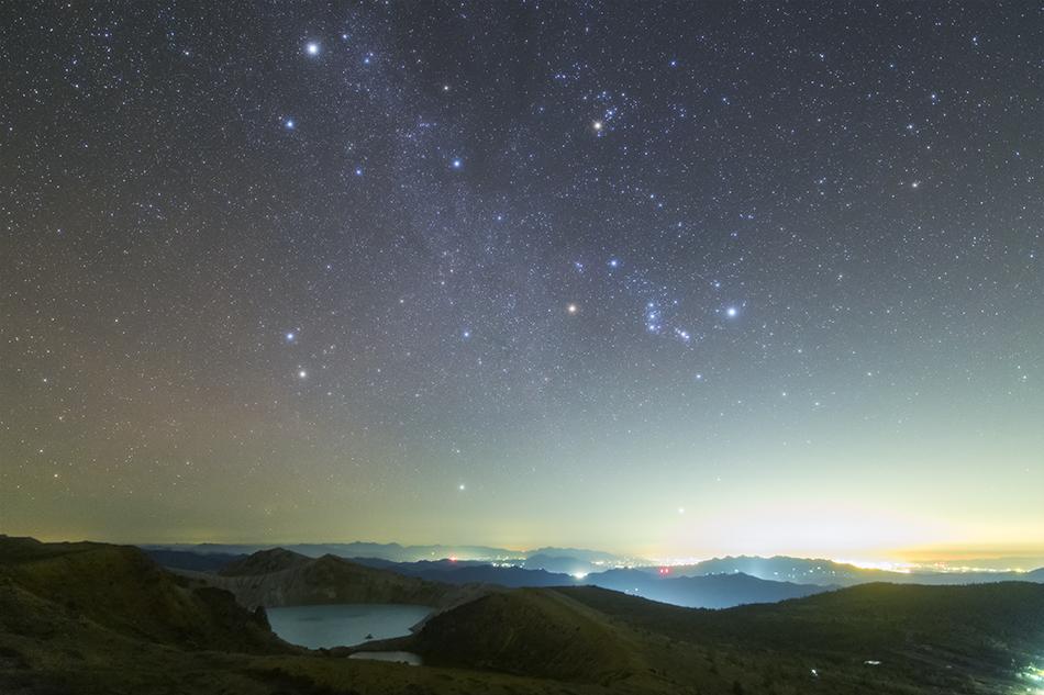 草津白根山湯釜と昇る冬の星座