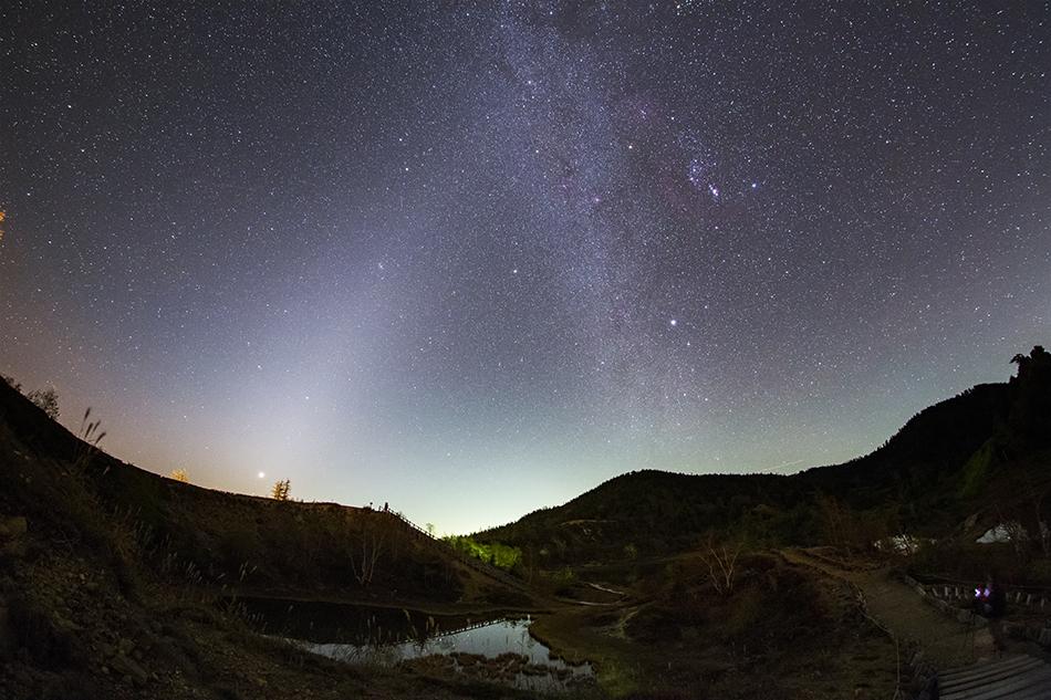 草津白根山弓池から見た冬の天の川と黄道光