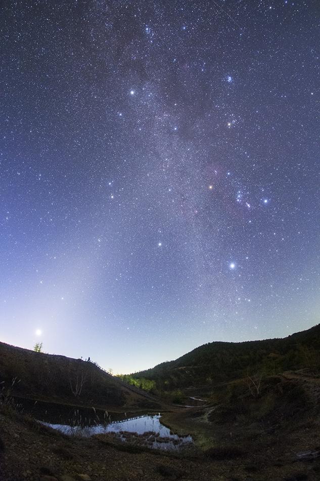草津白根山弓池から見た夜明けの冬の天の川と黄道光のクロス