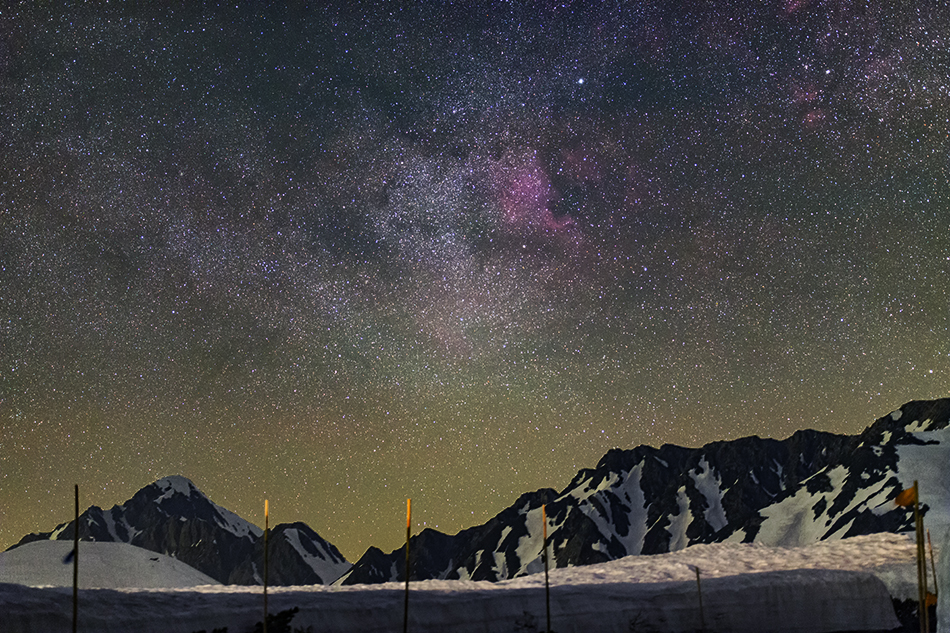 北アルプス立山で雪山と昇る北アメリカ星雲