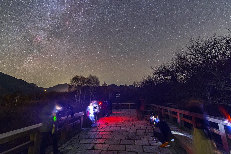 日光戦場ヶ原展望台で星を撮る人たちと沈むはくちょう座