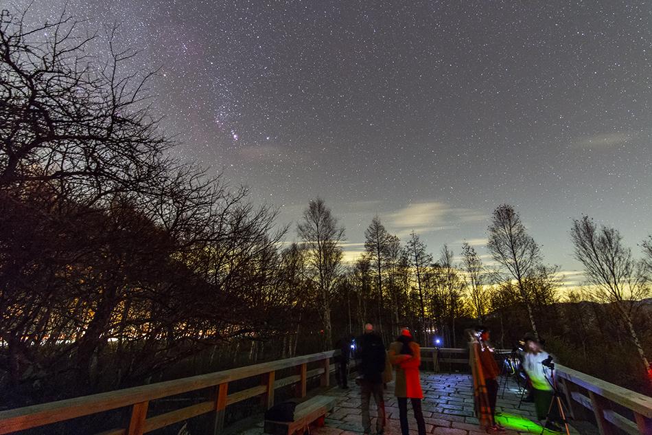 日光戦場ヶ原展望台で星を撮る人たちとオリオン座