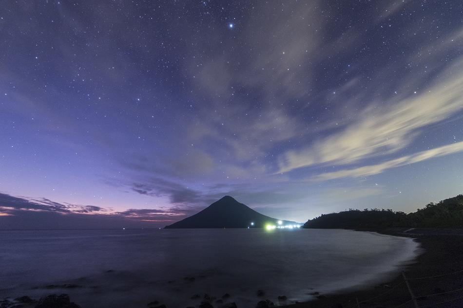 開聞岳と夕暮れの星空
