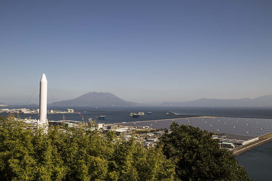 H-IIロケットの実物大模型と桜島