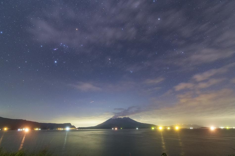 桜島と冬の星座