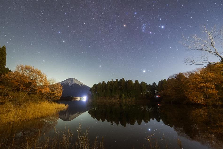 田貫湖から望む富士山と昇る冬の大三角