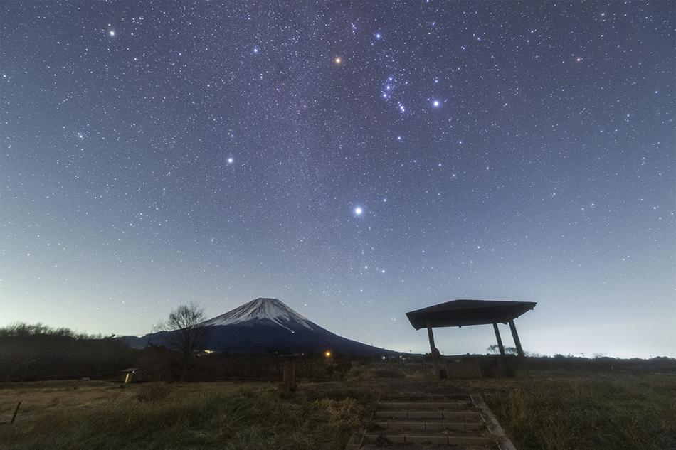 富士ヶ嶺公園から見た富士山と冬の大三角