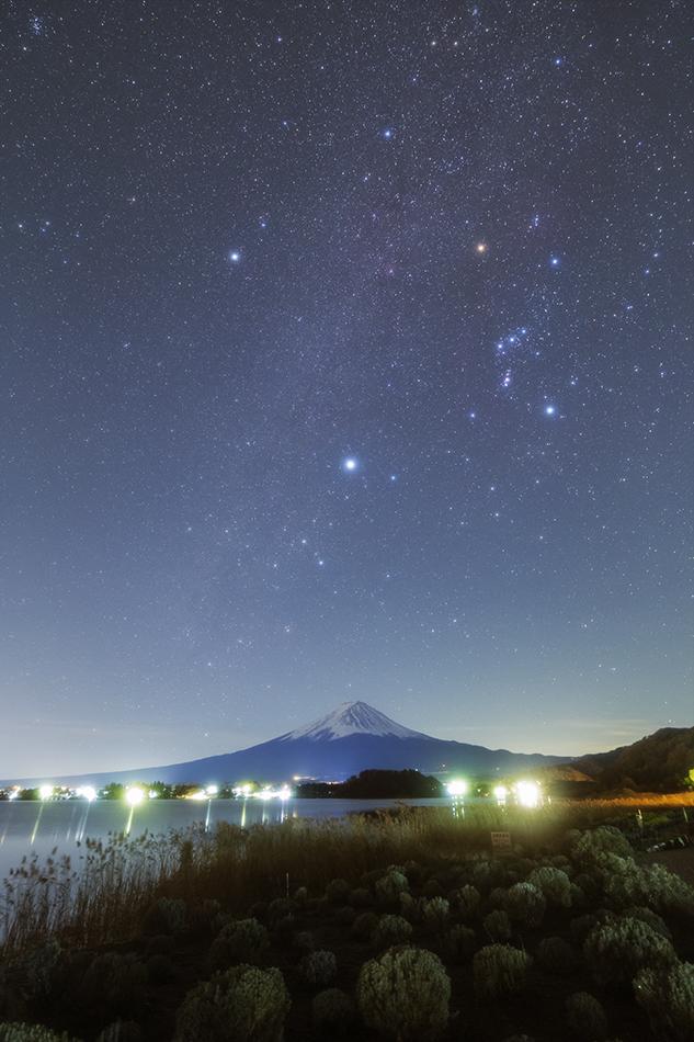 河口湖畔から見た富士山と冬の大三角