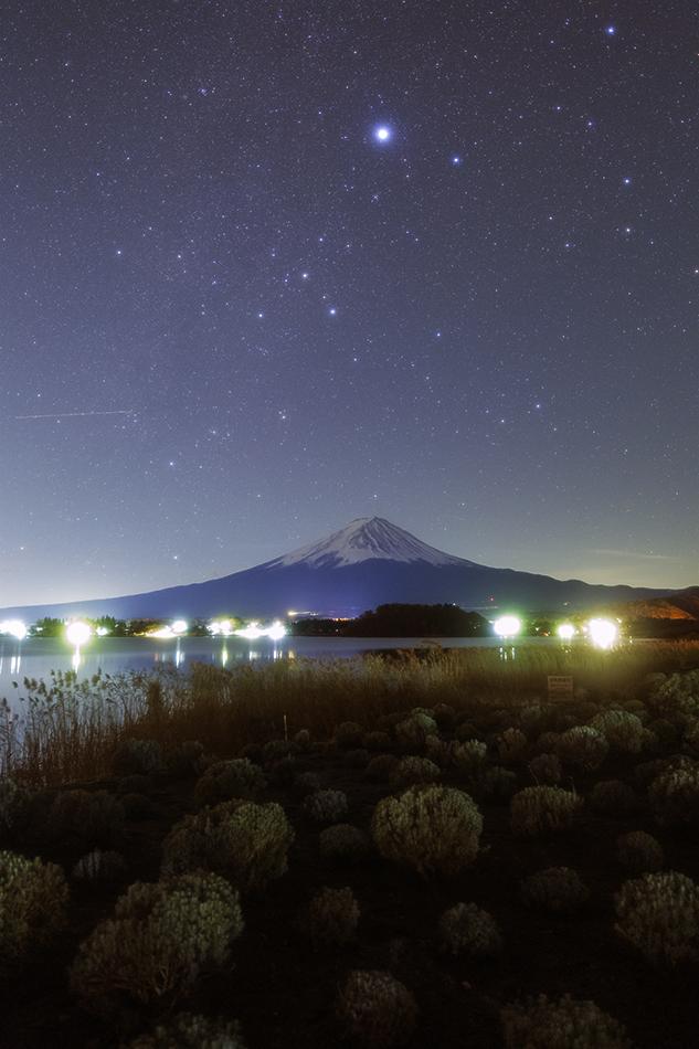 河口湖畔から見た富士山とおおいぬ座